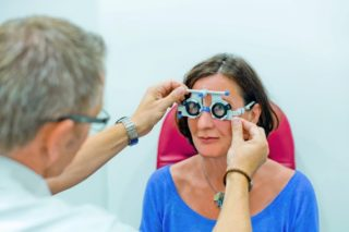 Augenoptiker bei der Refraktion