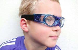 junge_blauer_sportbrille