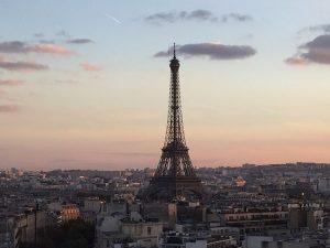 Charmant-Eiffelturm Sonnenuntergang
