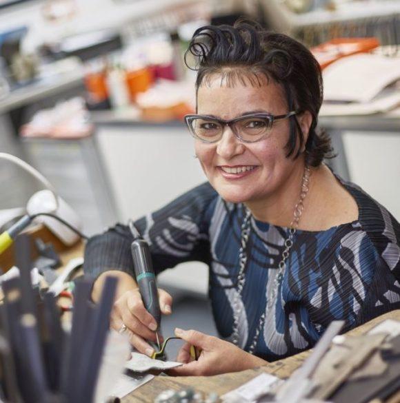 eyebizz_70 Frauen: Marion Frost am Arbeitsplatz