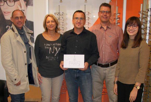 Charmant: Elle-Schaufensterwettbewerb - Gewinn-Übergabe an K + K Optik