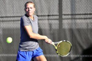 Auch beim Tennis kann der Ball extrem schnell werden und die Augen verletzen - das können Sportbrillen vermeiden