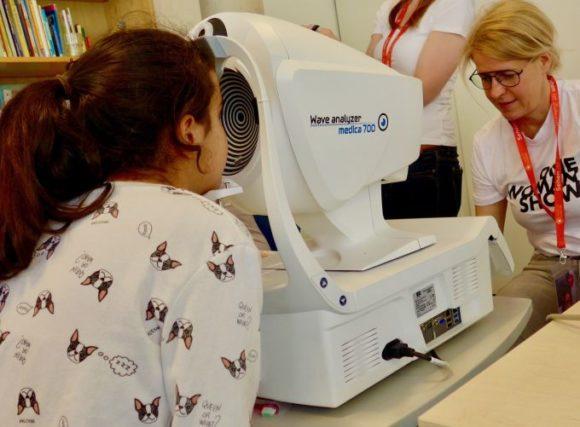 Essilor-Gruppe: Gesunder Tag im SOS-Kinderdorf Berlin - beim Sehtest