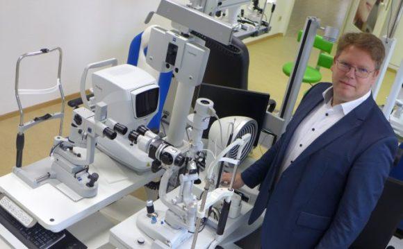 OHI: Lehrgangsleiter Dieter Medvey präsentiert das Optometrie-Labor