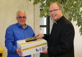 Brillen Weltweit: Carlo Wagner und Bischof Dr. Stephan Ackermann