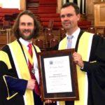 College of Optometrists: Dr. Stefan Bandlitz (rechts) erhält den Optometrie-Preis