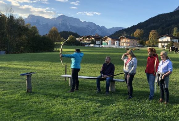 Auch das gab's beim Unternehmer-Wochenende von Rodenstock - Teilnehmer beim Bogenschießen