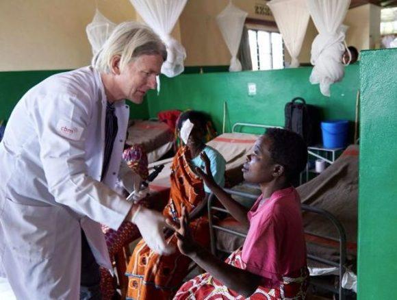 CBM - Augenarzt Dr. Dirk Harder und Patientin Alphonsine