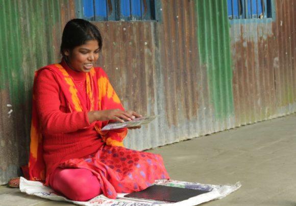 Shantona liest mit Hilfe der Braille-Schrift