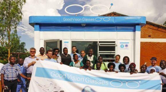 EinDollarBrille: Eröffnung eines Brillen-Shops in Malawi