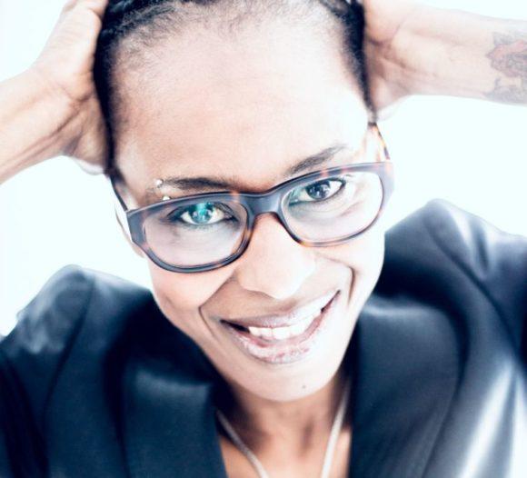 Shary Reeves - Moderatorin und Brillen-Trägerin