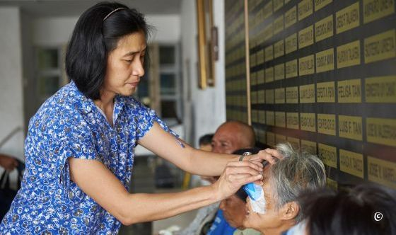 CBM - Dr Eusebio entfernt Milagros Augenverband