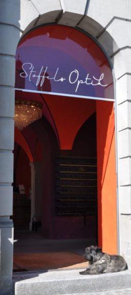 Stoffels Optik - Eingang - mit Hundedame Chili