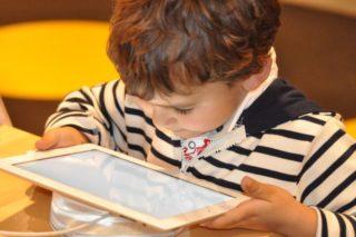 Kind mit Tablet - Nah-Arbeit fördert Kurzsichtigkeit - Entgegenwirken mit Kontaktlinsen