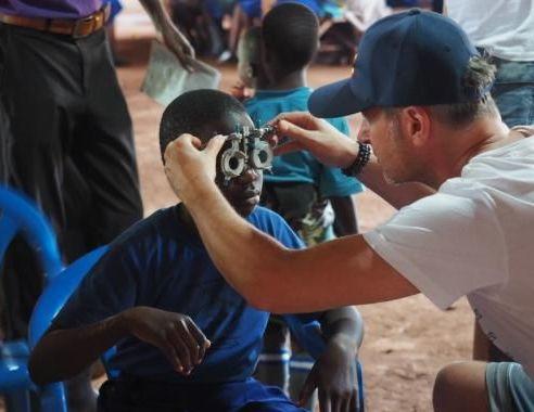 Wir helfen sehen - Augenoptik in Uganda - Sehtest