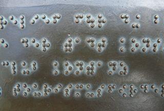 Tafel mit Brailleschrift
