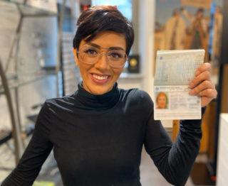 Parastu Akifi hat ihren Ausweis