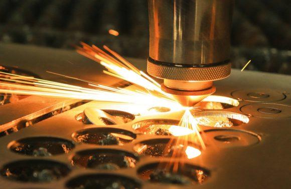 Laser schneidet Metall