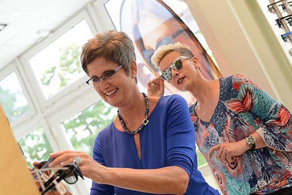 Petra Waldminghaus - Beratung vor der Brillenwand