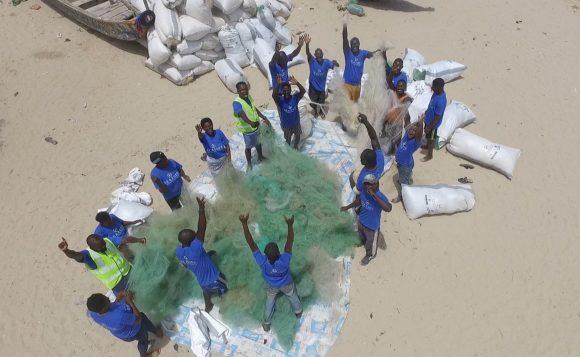 Sea2see - Sammeln von Plastikmüll am Strand, hier Westafrika