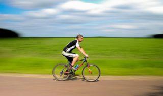 Sport kann helfen, ein Glaukom zu vermeiden - hier Fahrrad fahren