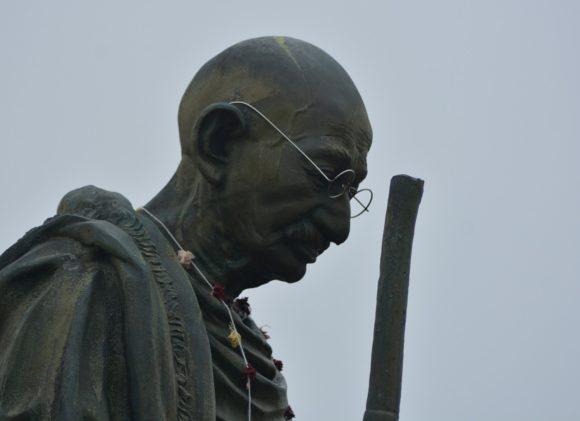 Gandhi-Statue mit Brille