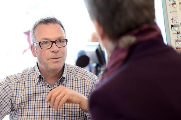 Petra Waldminghaus - Brillenberatung bei Männern