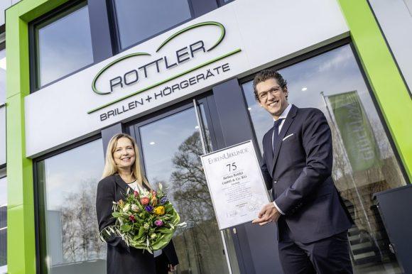 Rottler 75 Jahre - Ute Limberg überreicht Paul Rottler Ehrenurkunde
