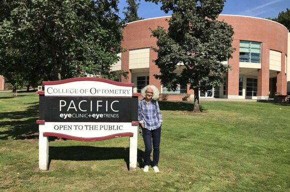 Katja Schiborr vor dem College of Optometry der Pacific University Oregon