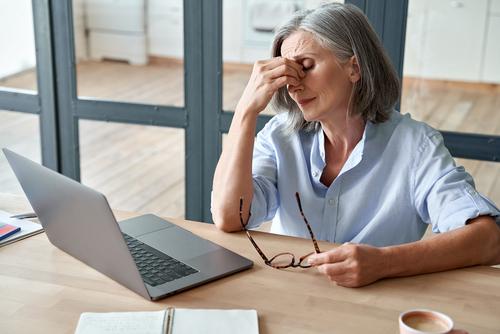 Die Wechseljahre begünstigen trockene Augen - zwei Drittel der betroffenen Frauen leiden einer aktuellen Studie zufolge darunter.
